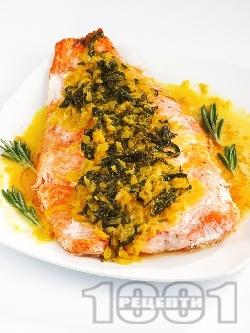 Печена сьомга със спаначено-шафранов чеснов сос на фурна, в йенско стъкло или на грил тиган - снимка на рецептата